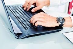 Печатая на машинке руки Стоковое Изображение RF