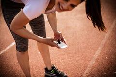 Печатая сообщения на проломе от тренировки 15 детенышей женщины Стоковые Изображения RF