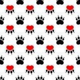 Печати лапки собаки шаржа - безшовная картина белизна сердца красная Стоковое Изображение RF