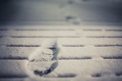Печати в снеге от ботинок на палубе стоковое фото