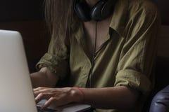 Печати девушки на ее компьютере стоковая фотография