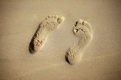Печати пар женских ног на песке Стоковые Изображения RF