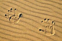Печати руки в песке на пляже Стоковое Изображение RF