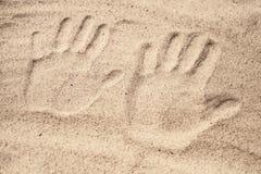 2 печати руки в песке Стоковое Изображение RF