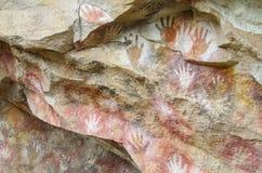 Печати руки на каменной стене пещеры Стоковые Изображения RF