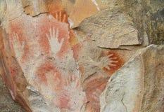 Печати руки на каменной стене пещеры Стоковые Фотографии RF