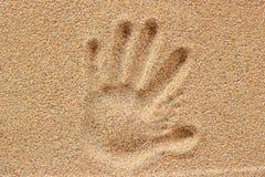 Печати руки на песке Стоковые Изображения
