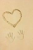 Печати сердца и руки в песке Стоковые Изображения RF