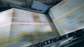 Печать газеты транспортера двигая в объекте оформления сток-видео