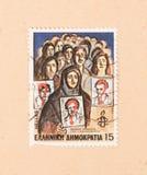 Печать напечатанная в Греции показывает изображение людей ища их отсутствующие родственники, около 1982 стоковая фотография