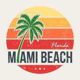 Печать тройника Miami Beach Флориды с пальмой иллюстрация вектора