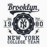 Печать grunge Бруклина, Нью-Йорка для одеяния Эмблема оформления для футболки Дизайн для атлетических одежд вектор бесплатная иллюстрация