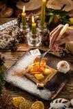 Печенье ананаса датское на деревянном столе на предпосылке украшенной рождеством стоковые фотографии rf