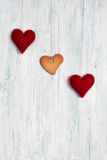 Печенье в форме сердца и сердца на предпосылке Стоковое Изображение RF