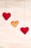 Печенье в форме сердца и сердца на предпосылке Стоковые Фотографии RF