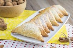 Печенье грецкого ореха сделанное из хрупкого теста на белом подносе Стоковые Изображения RF