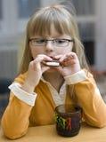 печенье есть девушку стоковые фотографии rf