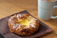 Печенье заварного крема на салфетке с горячим какао Стоковые Изображения