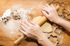 Печенье имбиря завальцовки, резцы печенья на деревянной предпосылке Стоковая Фотография RF