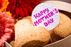 Печенье и цветки дня ` s матери Стоковые Изображения RF
