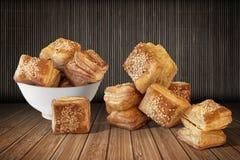 Печенье круассана слойки квадрата Zuzu установило на бамбуковую циновку места Стоковое фото RF