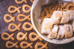 Печенье лежит на деревянной поверхности вокруг плиты с хлебом Стоковые Изображения