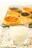 Печенье на стекле молока Стоковые Изображения