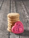 Печенье дня валентинки на деревянной скамье Стоковые Изображения