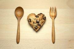 Печенье обломока шоколада сердца на таблице Стоковое Изображение