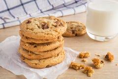 Печенье обломока шоколада с стеклом миндалины и молока Стоковое фото RF