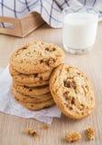 Печенье обломока шоколада с стеклом миндалины и молока Стоковое Фото