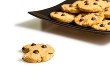 Печенье обломока шоколада с укусом и кучей печений в плите Стоковые Изображения RF