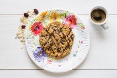 Печенье овсяной каши покрыло при шоколад аранжированный с чашкой espres Стоковые Изображения RF