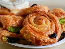 Печенье очень вкусной изюминки датское на деревянном столе Стоковое Изображение