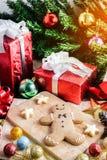 Печенье рождества и Новый Год в форме человека пряника дальше Стоковые Изображения