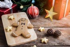 Печенье рождества и Новый Год в форме человека пряника дальше Стоковое Фото
