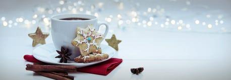 Печенье рождества с гирляндой и кофейной чашкой стоковые изображения