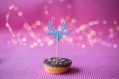 Печенье рождества с декоративным экстраклассом на розовой предпосылке Стоковые Изображения