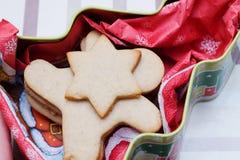 Печенье рождества в форме человека в giftbox Стоковые Фотографии RF