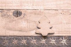 Печенье рождественской елки на деревянной предпосылке Изображение зенитных орудий снега вал снежка орнамента рождества тросточки  Стоковая Фотография