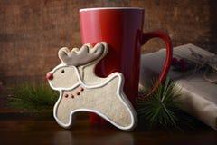 Печенье северного оленя и кофейная чашка Стоковая Фотография