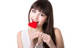 Печенье сердца счастливой женщины сдерживая форменное Стоковые Фотографии RF