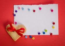 Печенье-сердце, пустая карточка и кнопки colorfull Стоковые Фото