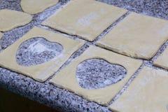 Печенье слойки для пиццы разделено в части, лежа на столешнице стоковые изображения rf