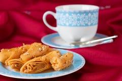 Печенье слойки с семенами сезама на голубой чашке. Стоковые Фотографии RF