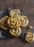 Печенье слойки циннамона тыквы свертывает на деревянной доске Стоковые Фотографии RF
