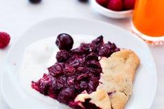 Печенье с вишнями и стеклом сока Стоковое Изображение RF