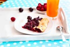 Печенье с вишнями и стеклом сока Стоковое фото RF