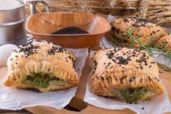 Печенье слойки с завалкой шпината стоковые фото