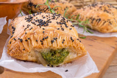 Печенье слойки с завалкой шпината стоковое изображение rf